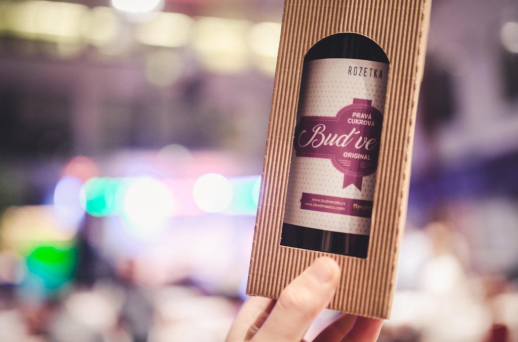 Víno se stylovou etiketou Buď ve vatě